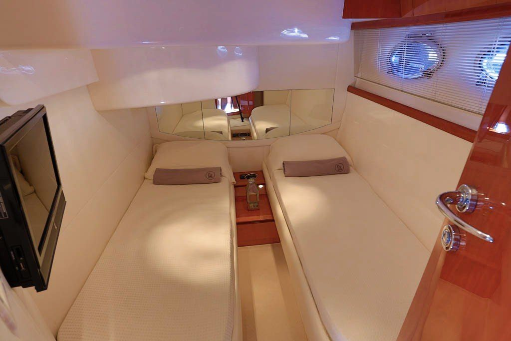 Pershing 46 Yacht bedroom, Twin beds, TV, Mirror, Nightstand