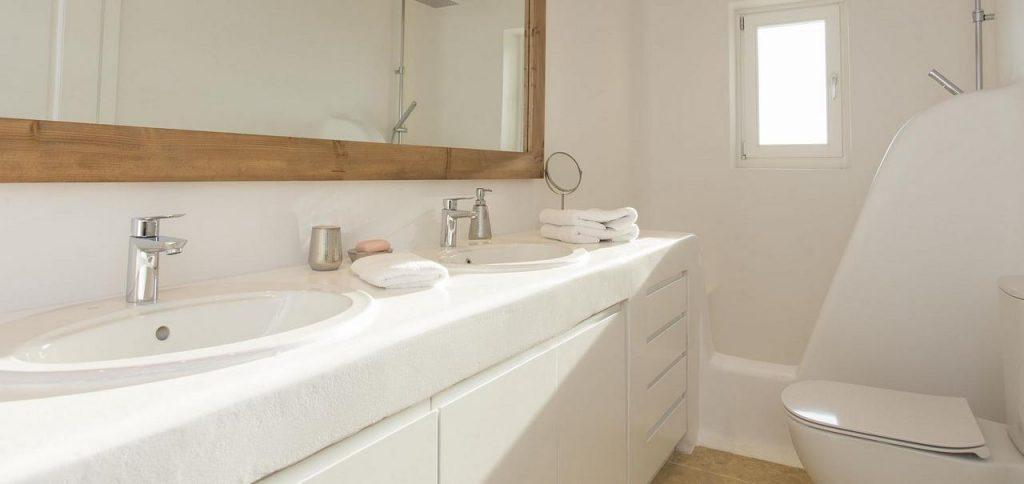 bathroom with large mirror and two sinks
