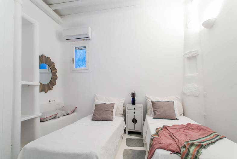 bedroom with double bed and wall lamp