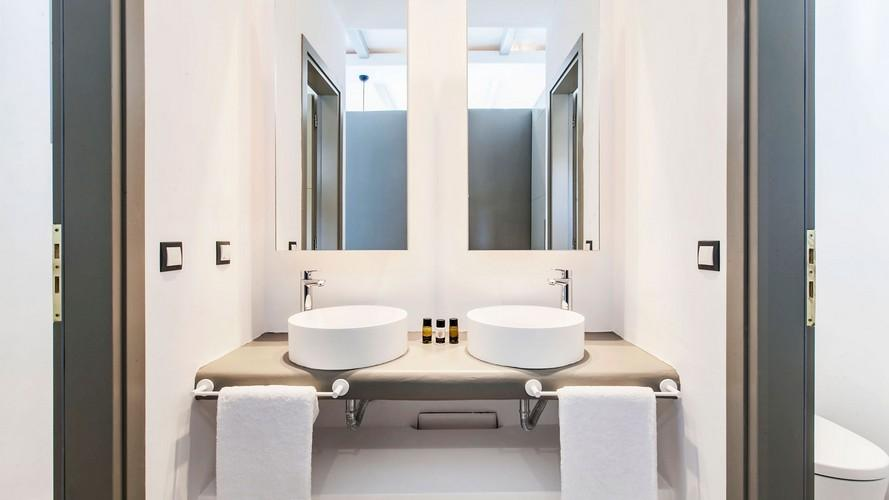 bathroom with round ceramic sinks and mirrors