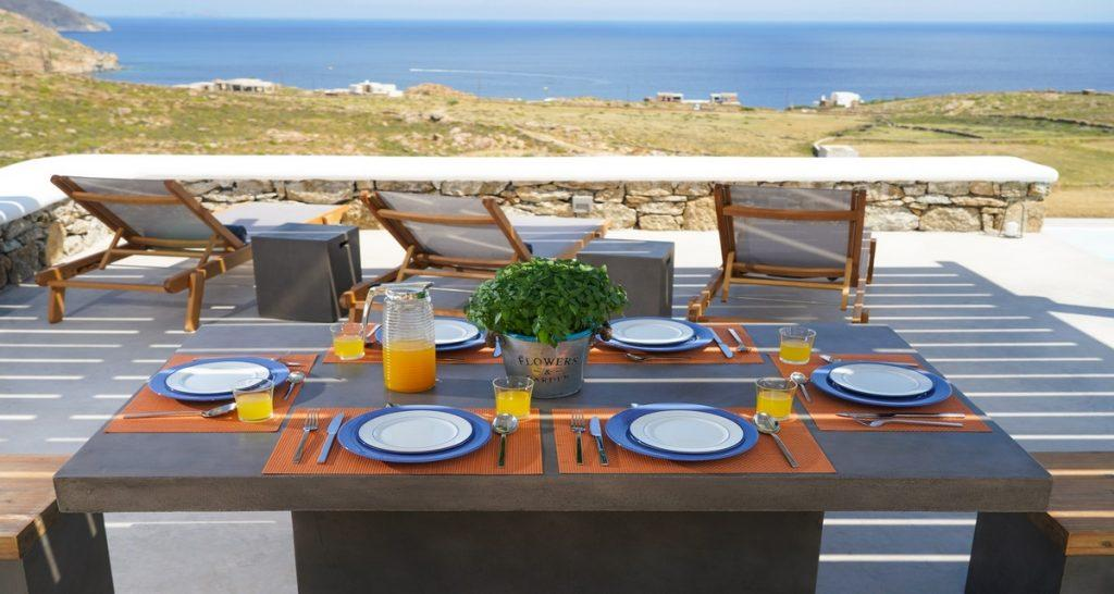 Villa-Futura_05.jpg Pirgi Mykonos Outdoor Dining area, plate, table, climbers, sea, sky, horizon