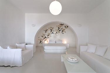 Villa_Stavros_10.jpg Lia Mykonos Living area, lamp, bed, pillows, table, vase