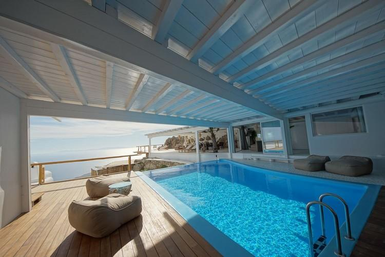 outdoor area protected from the sun with pool and horizon view