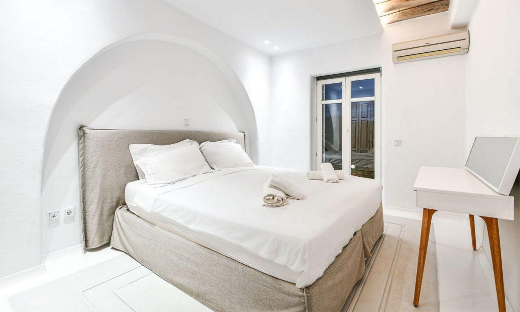 Villa Gael I Chora, Mykonos, Master bed, Closet, Sleeping room, Pillows, Towels