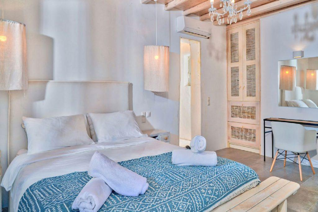 Villa Umabel, Agios Stefanos, Mykonos, Sleeping room, Pillows, Towels, Windows, Sky, Picture, Bed, Lamp, Mirror, A/C