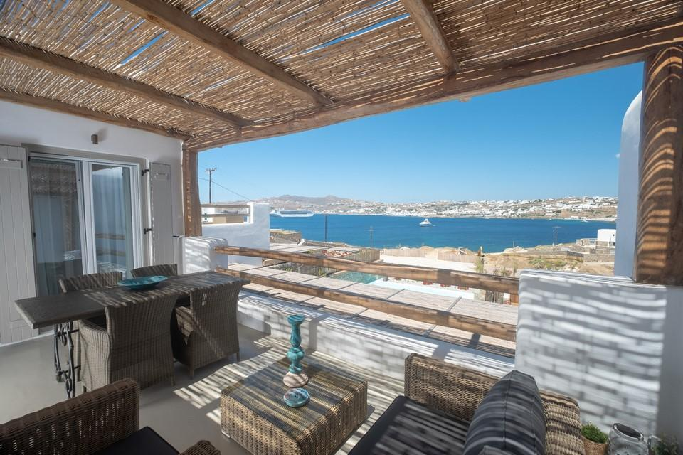 Balcony overlooking the clear blue sea ideal for an afternoon vacation with family and friends