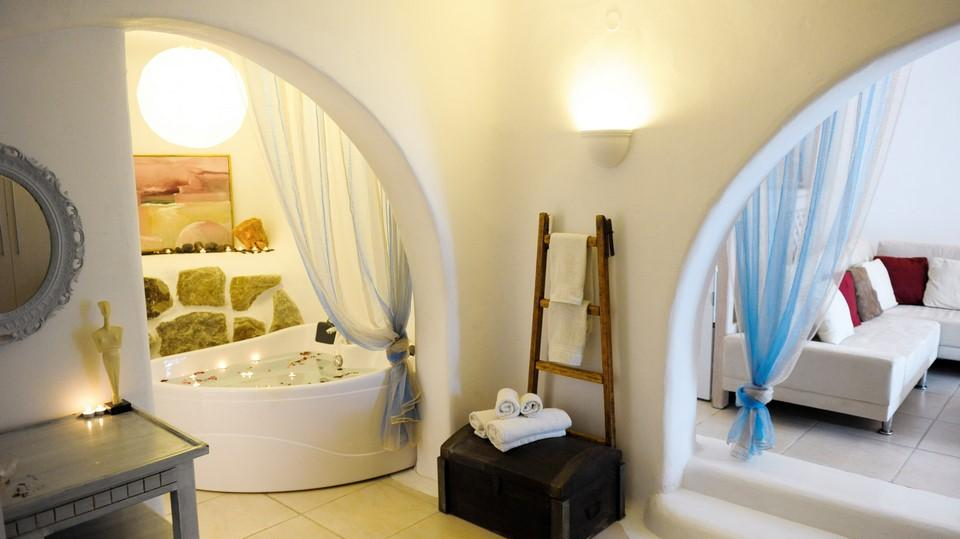 bathroom with jacuzzi and candles for romantic atmosphere