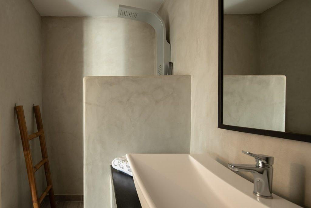 bathroom with extensive ceramic sink and big square mirror