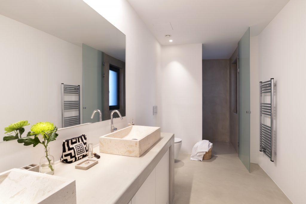 big mirror and extensive sink to get ready and take a shower in big cabin before daily activities