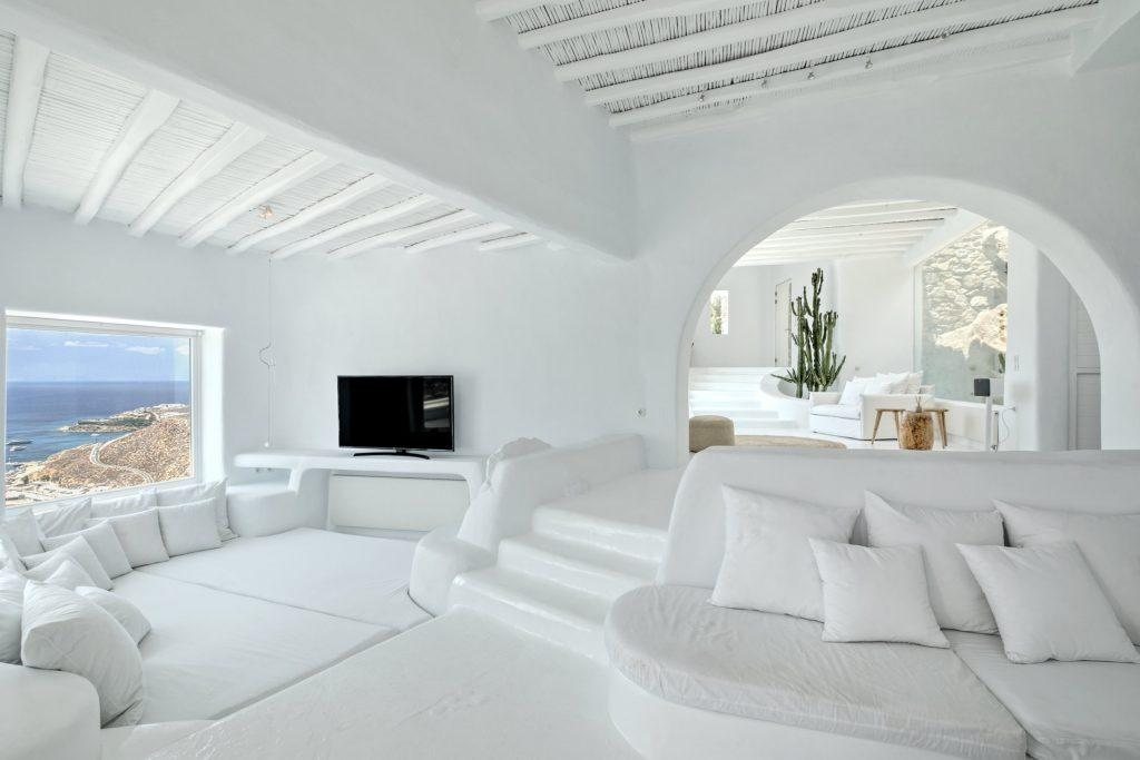 living area with cozy beds and enjoyable horizon view