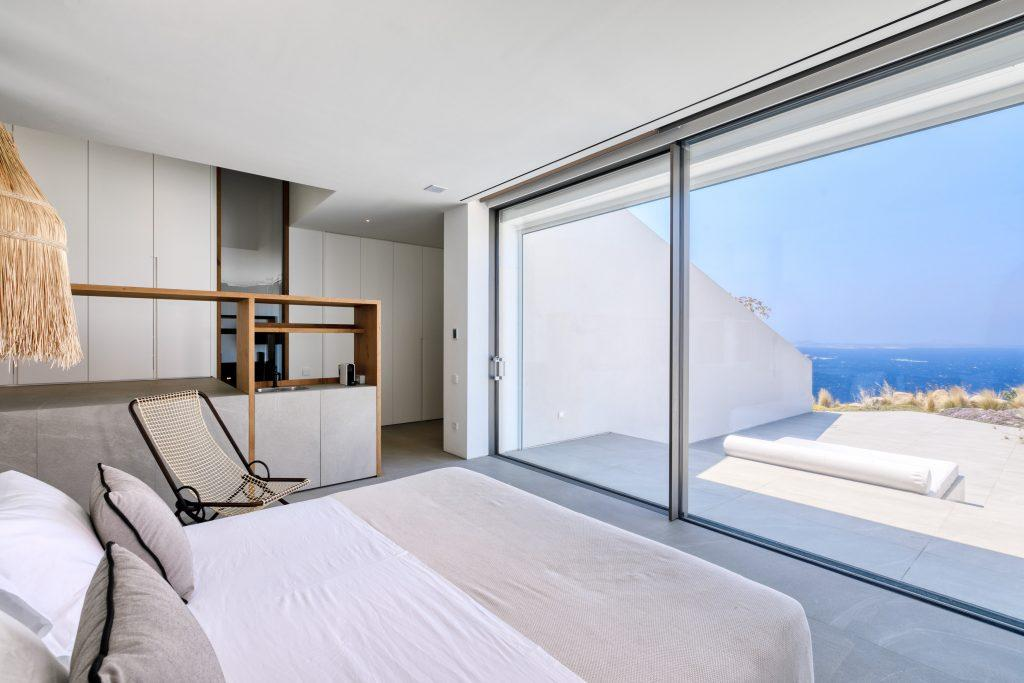 bedroom with stunning horizon view