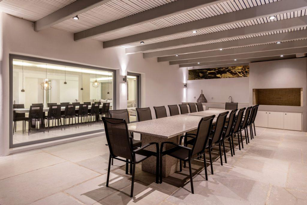 illuminated stone walls that stand out and a ceramic dining table ideal for hanging out with friends