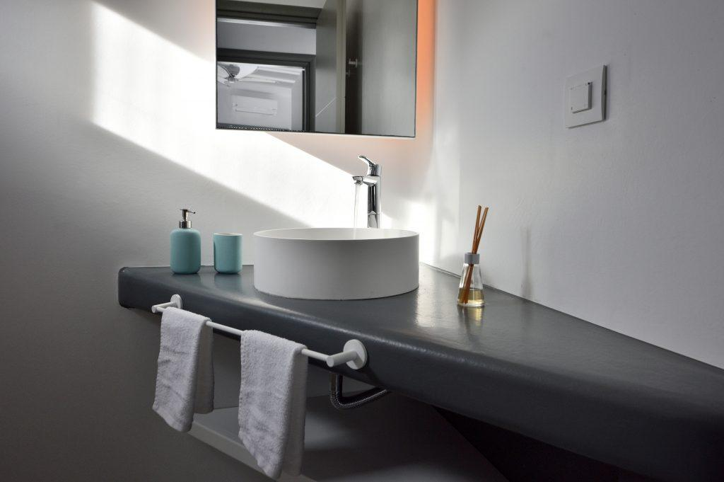 bathroom with scented sticks that contribute to the atmosphere