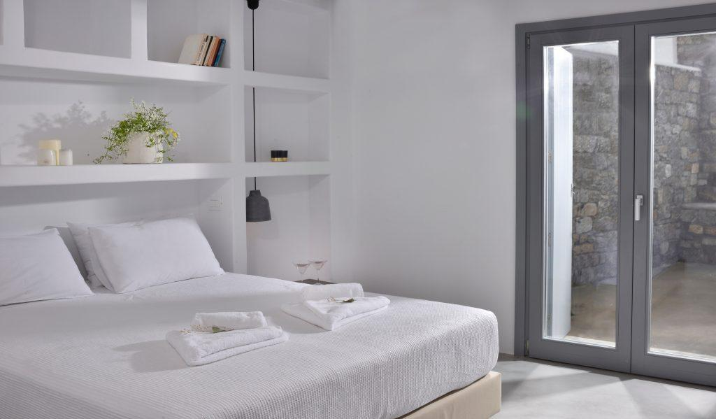 white walls of the room with decorative details and flowers that make it more pleasant