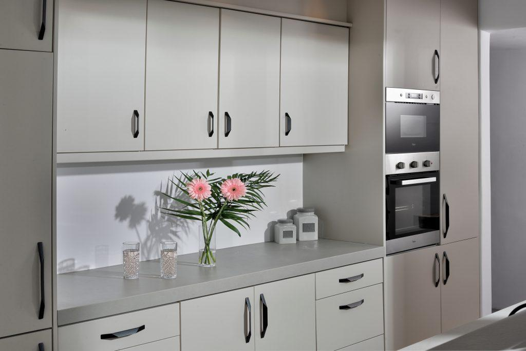 kitchen with wooden elements decorated with a vase of pink flowers ideal for enjoying cooking